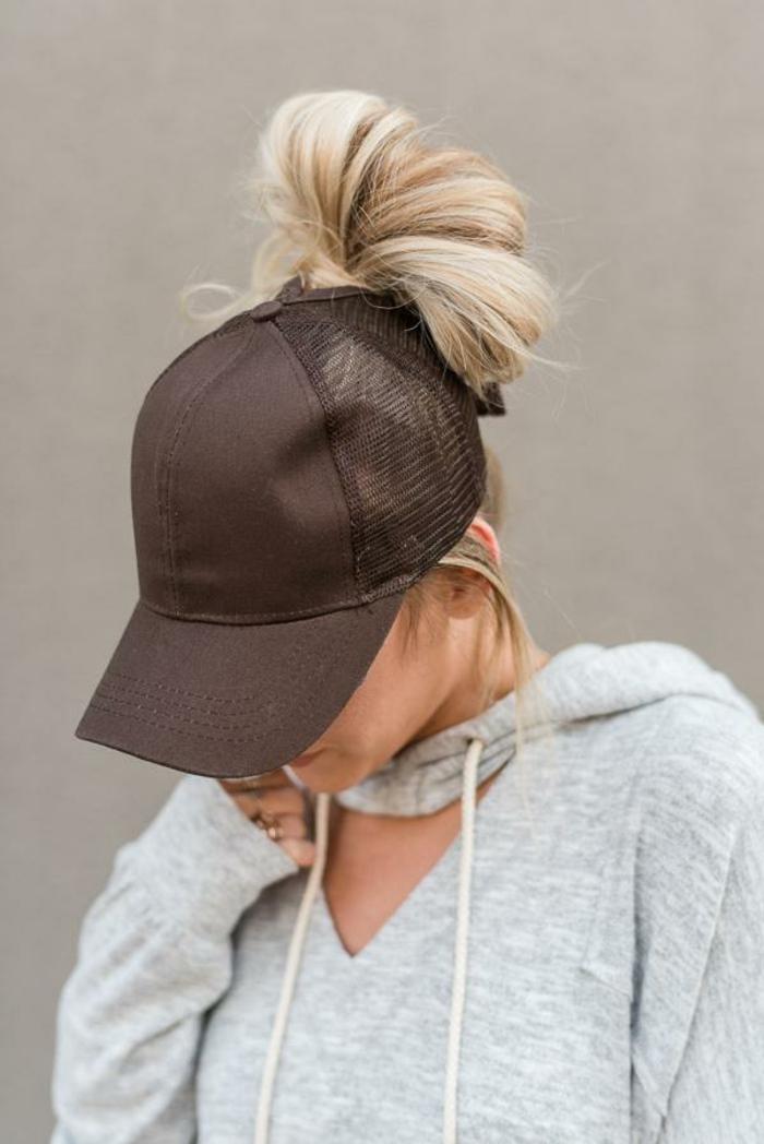 eine braune Kappe und ein Dutt Frisur für den Sommer, wie mache ich einen Dutt
