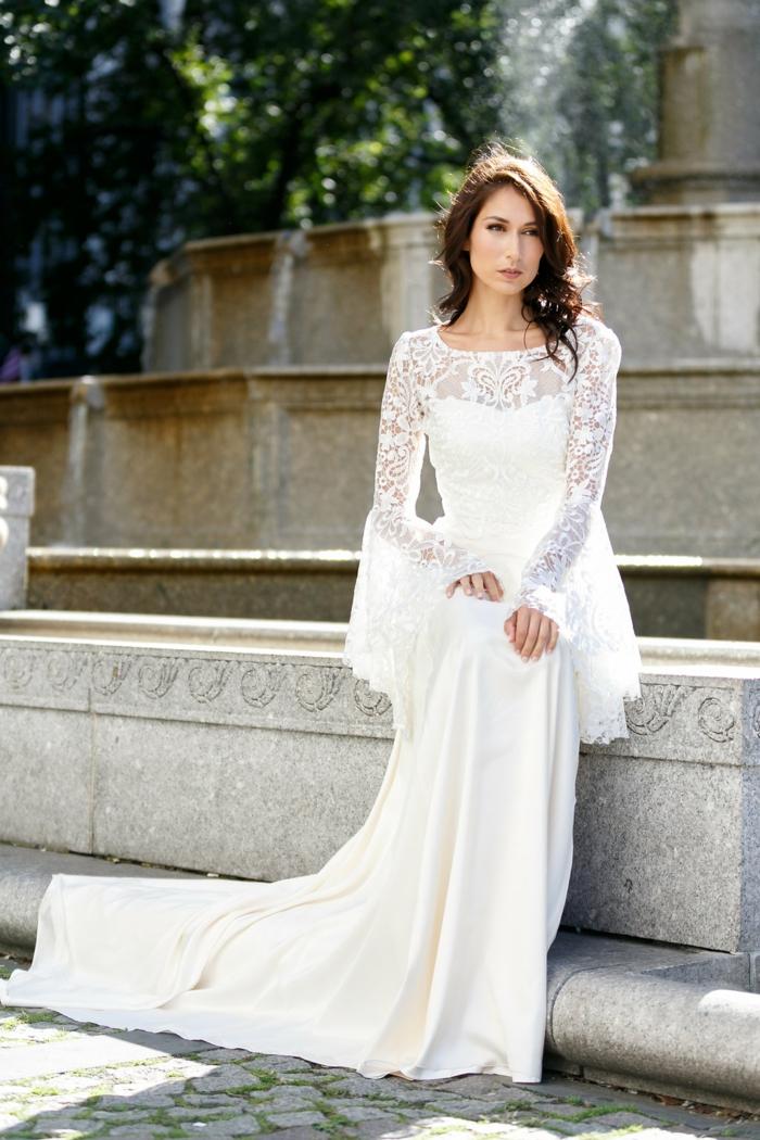 ein langes Kleid aus Spitze mit schneeweißer Schleppe, Hippie Brautkleid