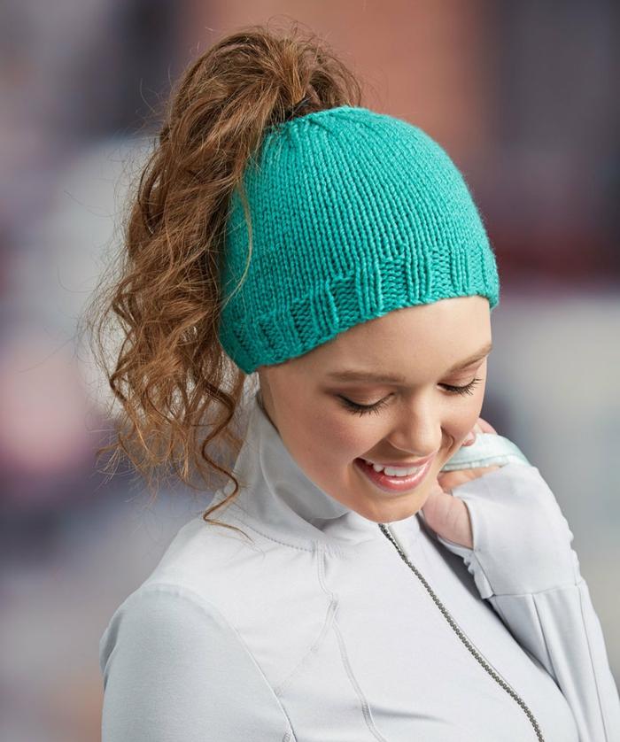 ein hübsches Mädchen, grüne Mütze, blonde Haare, weiße Bluse, wie macht man einen Dutt