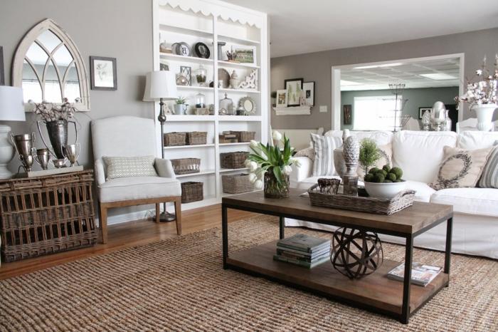große Regale, ein weißes Sofa, Wandfarbe Hellgrau, ein Tisch aus Holz