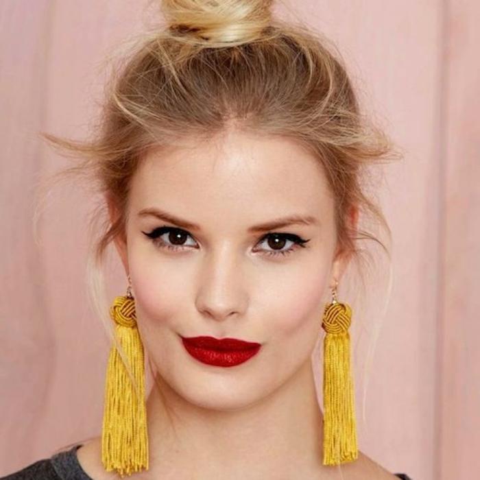 Hipster Stil, dunkelroter Lippenstift, gelbe Ohrringen mit Quasten, wie macht man einen Dutt