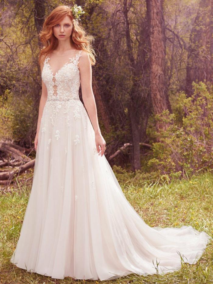eine mit Spitze bedeckten Kleid, mit Spitzen Blumenmotiven, Hippie Brautkleid, Blumen im Haar