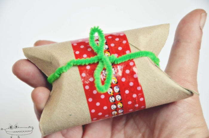 ein kleine Geschenktüte mit grünem Band und Pandas als Motiv