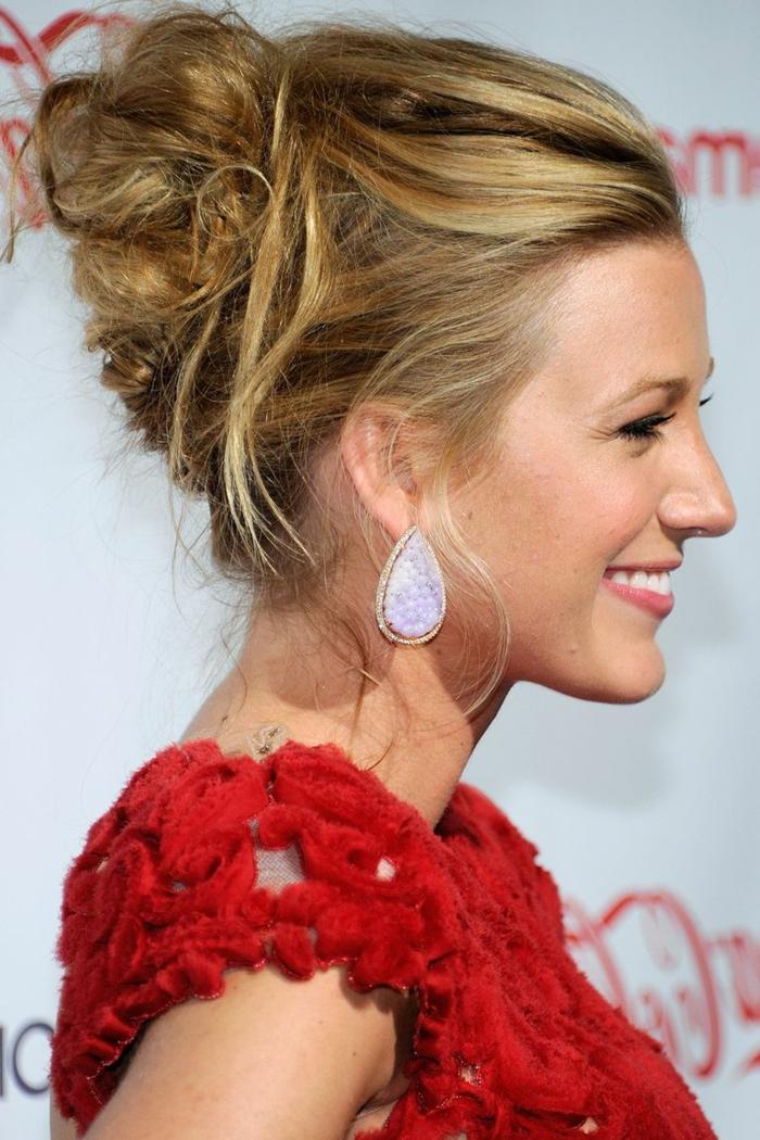 blonde Frau, wie macht man einen Dutt, weiße Ohrringe, rotes Kleid