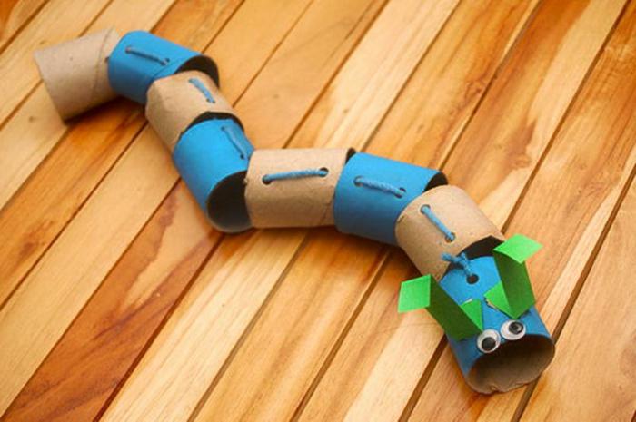 eine bunte Schlange, Blau, Braun und Grün, was kann man aus Klopapierrollen machen