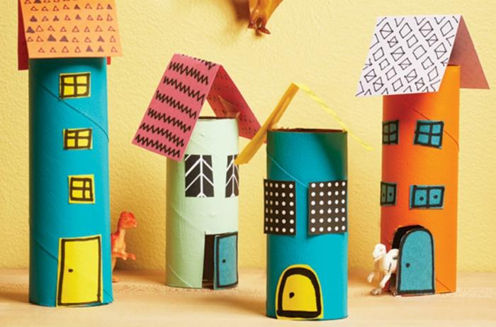 vier Häuschen aus Klopapierrollen, Bastelideen mit Klopapierrollen, bunte Häuschen
