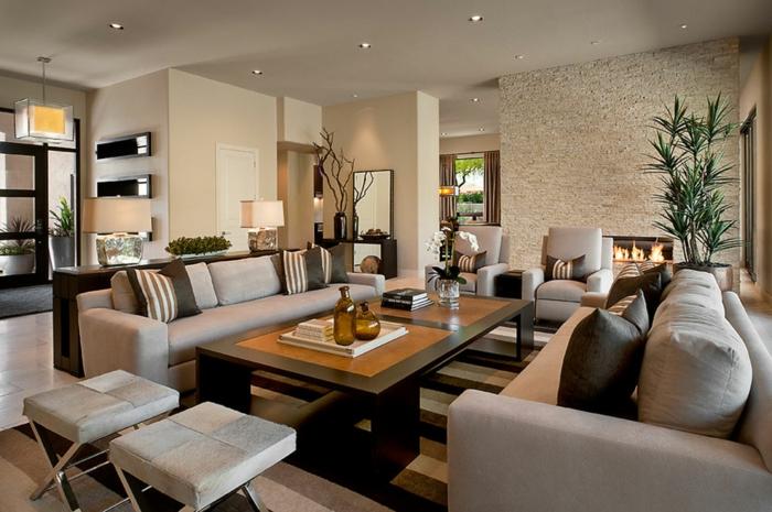symmetrisch gestaltete Wohnzimmermöbel in beiger Farbe, moderne Wohnzimmer