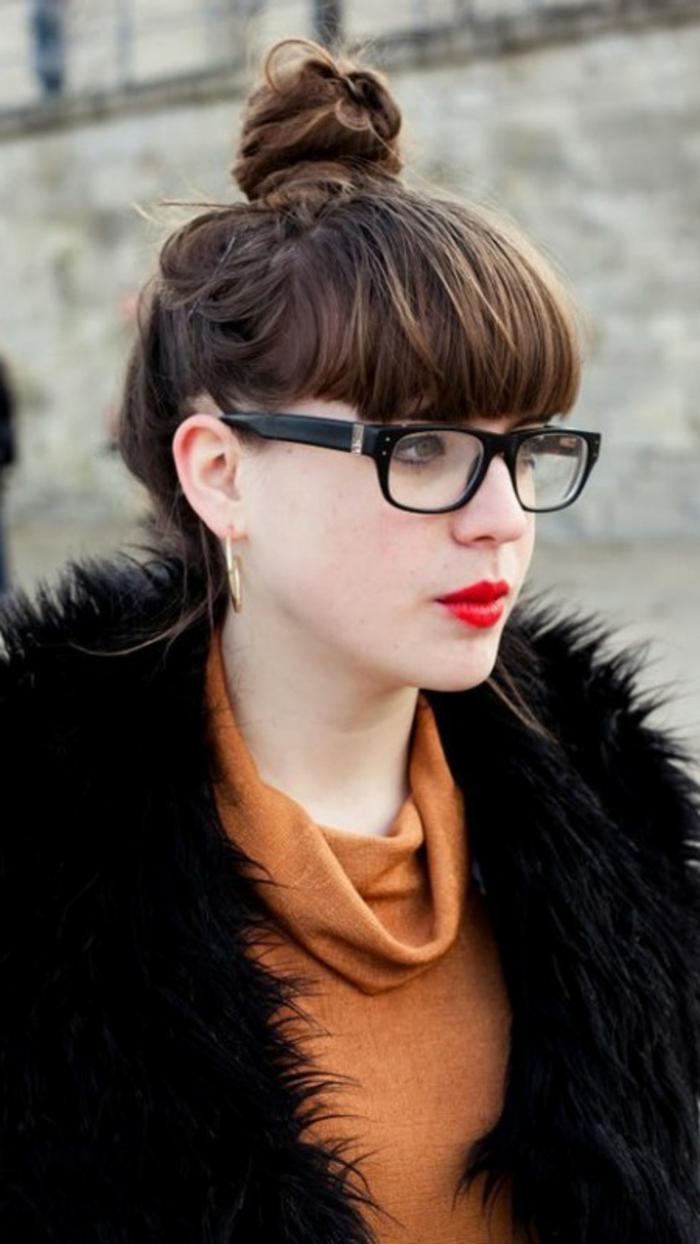 vintage Stil, große Brille mit schwarzen Rahmen, braune Haare, wie macht man einen Dutt