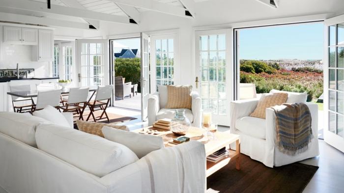 weiße Wohnzimmermöbel, orange Kissen, brauner Teppich, moderne Wohnzimmer