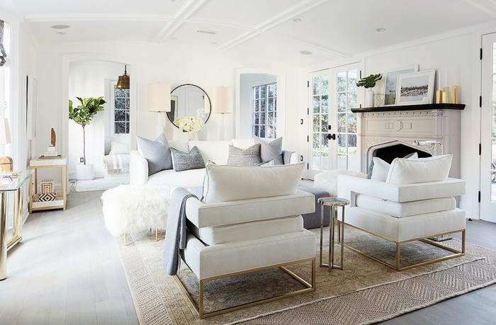 Weiße Möbel, Beiger Teppich, Ein Kamin, Ein Runder Spiegel, Moderne  Wohnzimmer