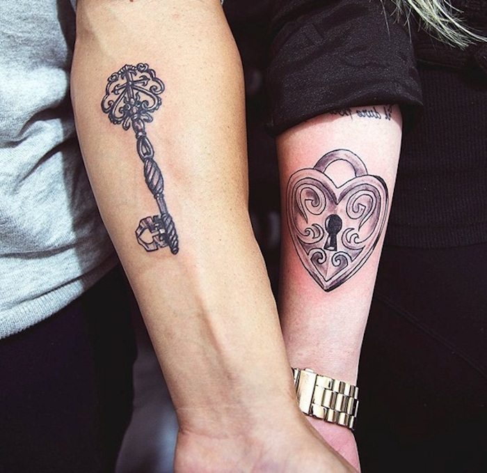 tattoos für paare, zwei hände mit tattoos die sich ergänzen, ein schlüssel tattoo und ein schloss, ein herzen tattoo