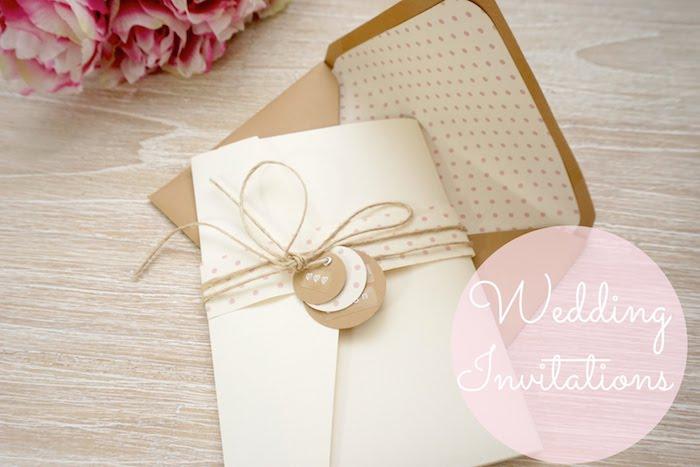 einladungkarten hochzeit vitage, selbsgebastelte einladungskarte aus creme papier dekoriert mit schleife as leinen