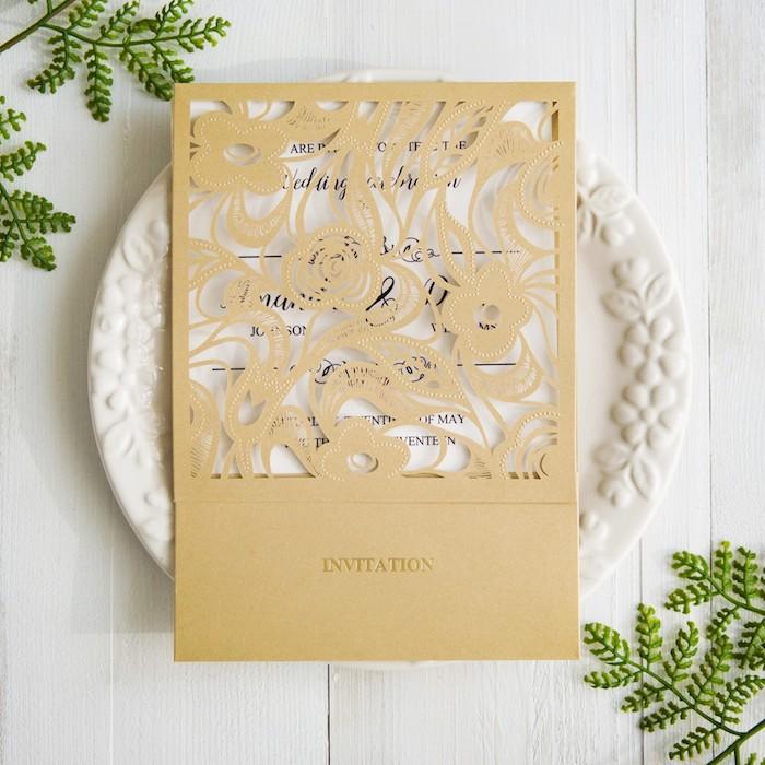 einladungskarten hochzeit vintage, weißer teller mit blumen motiv, karte in weiß und gold