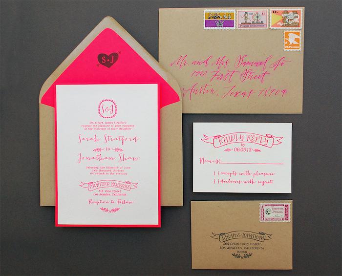 hochzeitseinladungen selber basteln, briefumschläge aus braunem papier, neonrosa schrift