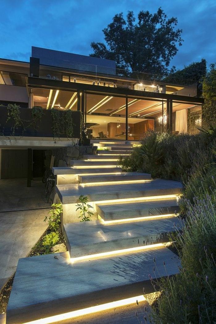 luxuriöse englische gärten, gartenbeleuchtung schön am abend, treppe beleuchten, glastür