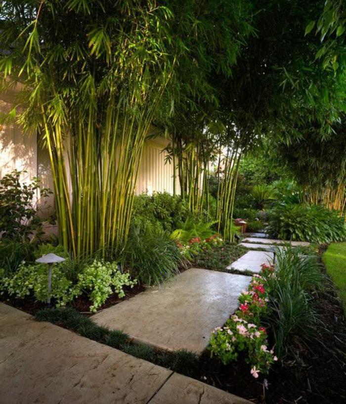 englische gärten, exotische gestaltung mit palmen und blumen, große steinplatten als gartenweg