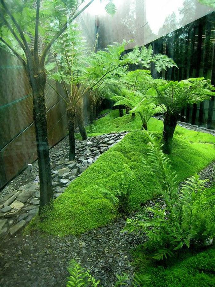 gartenanlagen beispiele, grüne deko ideen im garten, palmen, kies, grüner garten