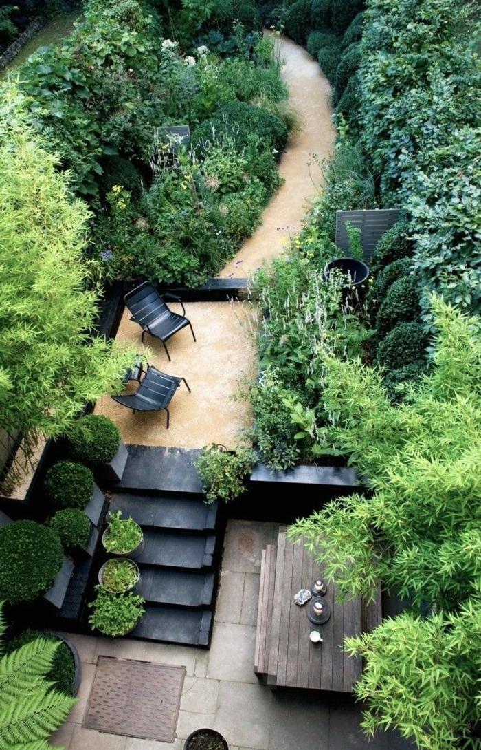 englischer garten pflanzen, schöne gartenidee auf zwei stufen, treppe, sitzecke, viele grüne deko pflanzarten