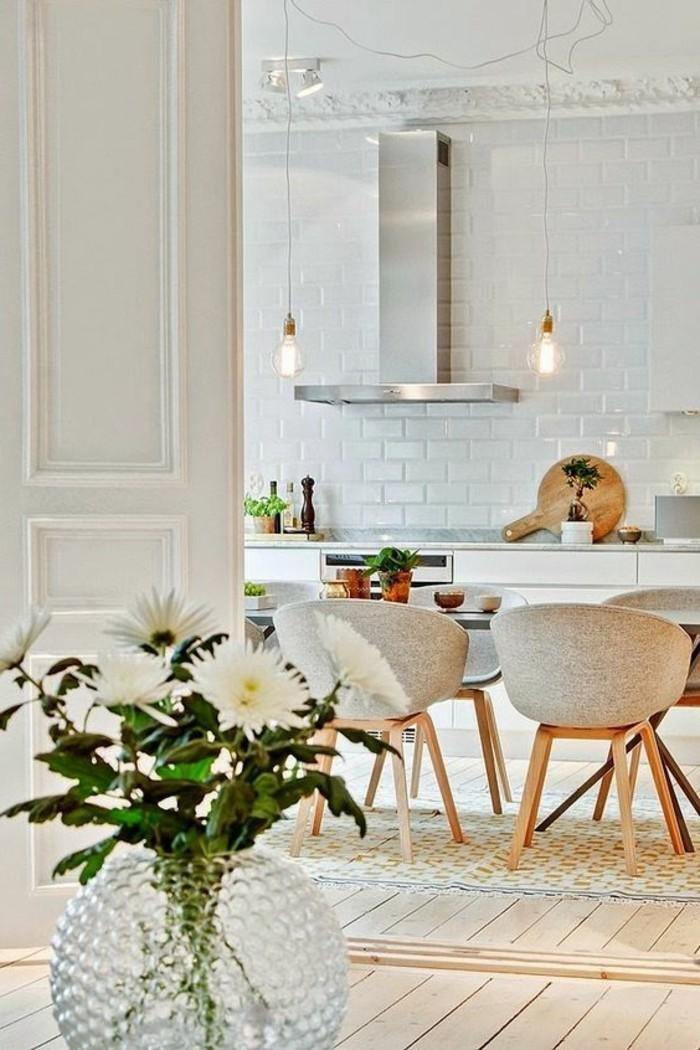 esstisch deko idee mit prächtigen blumen in weiß, frisch vom garten gepflückt, tisch mit stühlen