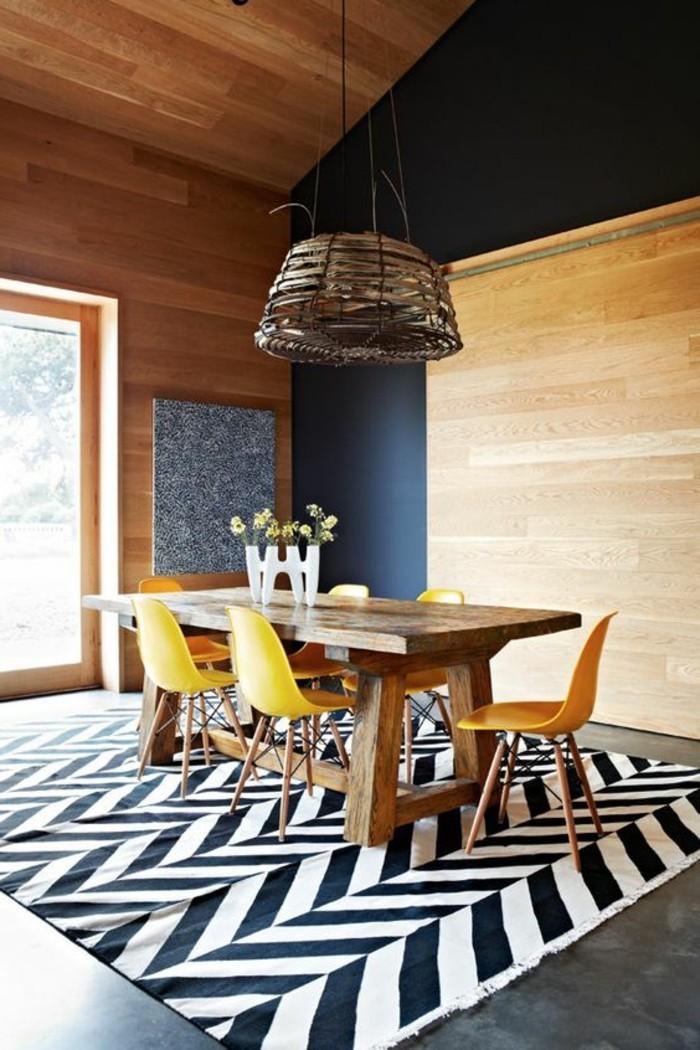klare formen, authentisches design, esstisch deko blumen, holztisch, gelbe stühlen, kreatives lampendesign in landhausstil, bodenbedeckung in schwarz und weiß