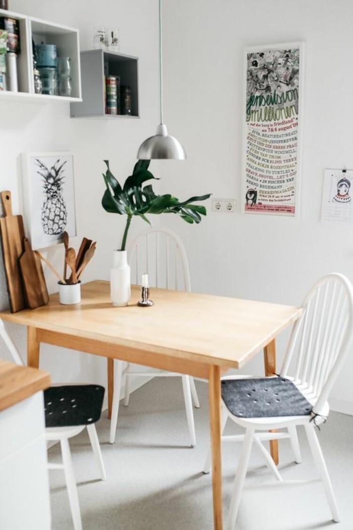 eine idee für kleine esszimmer, esstisch deko eine kerze, eine kleine vase mit vlumen, funktionale deko zum schneiden von produkten, wanddeko