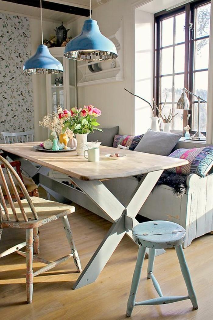 schöne esszimmer deko bank mit kissen, blaue lampen über dem tisch. blumen deko, tapeten bunt