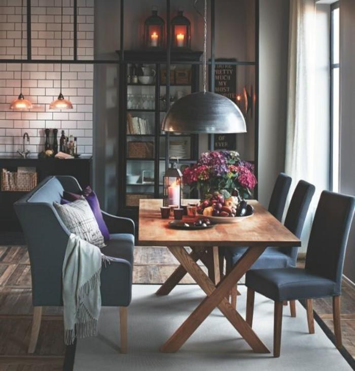 welche esszimmer deko, stilvolle idee für kleinen esstisch mit sessel anstelle von stühlen, viele lampen im raum, blumen, wein und kleinigkeiten zum naschen auf dem tisch