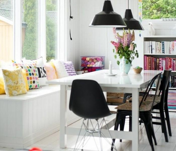 esszimmer deko ideen zum nachmachen, bank am tisch. dekoriert mit vielen bunten kissen, blumen auf dem tisch, weißer tisch, schwarze stühle