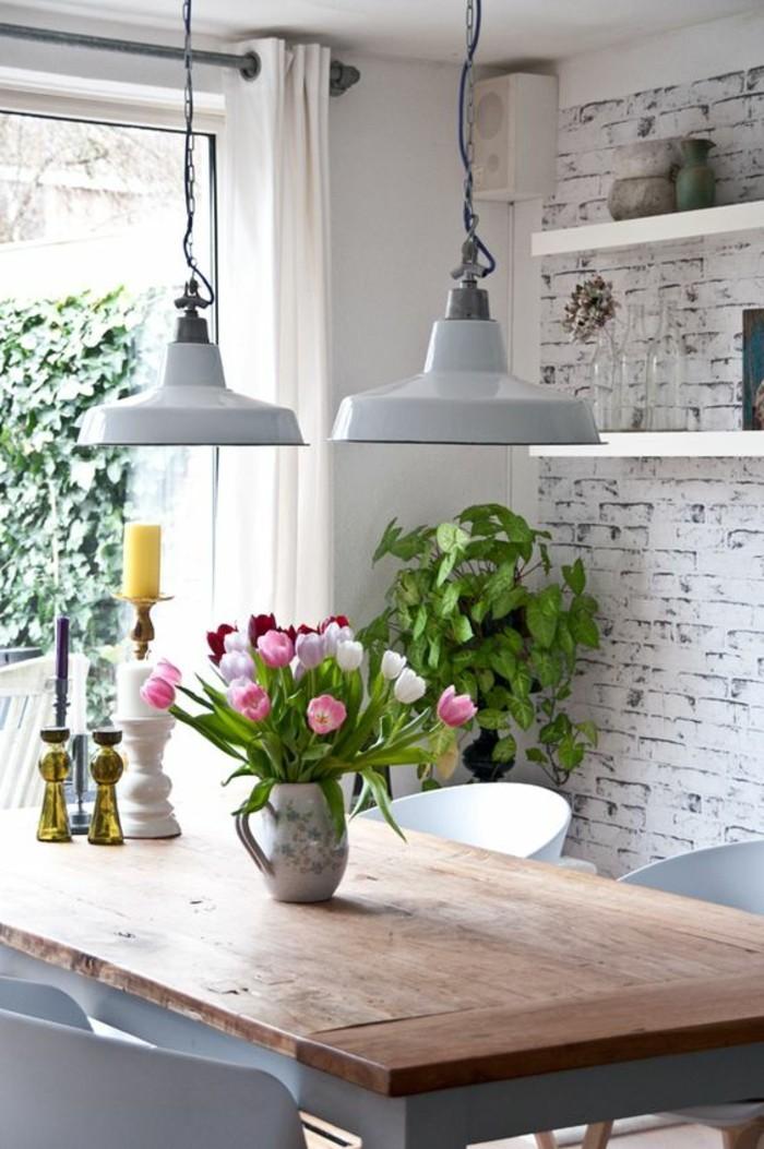 esszimmer deko mit blumen und kräutern.basilikum im esszimmer, tulpen in der vase auf dem tisch, kerzen