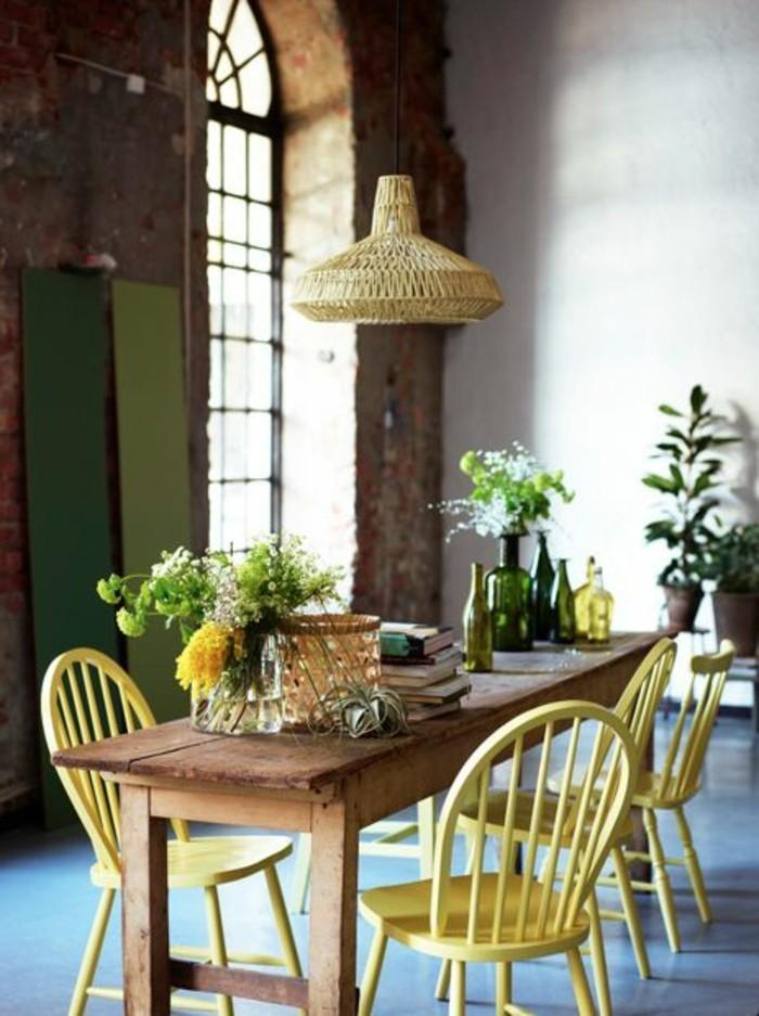 tisch für kleine küche design ideen in braun und gelb, grüne wanddeko, pflanzen, blumen. lampe
