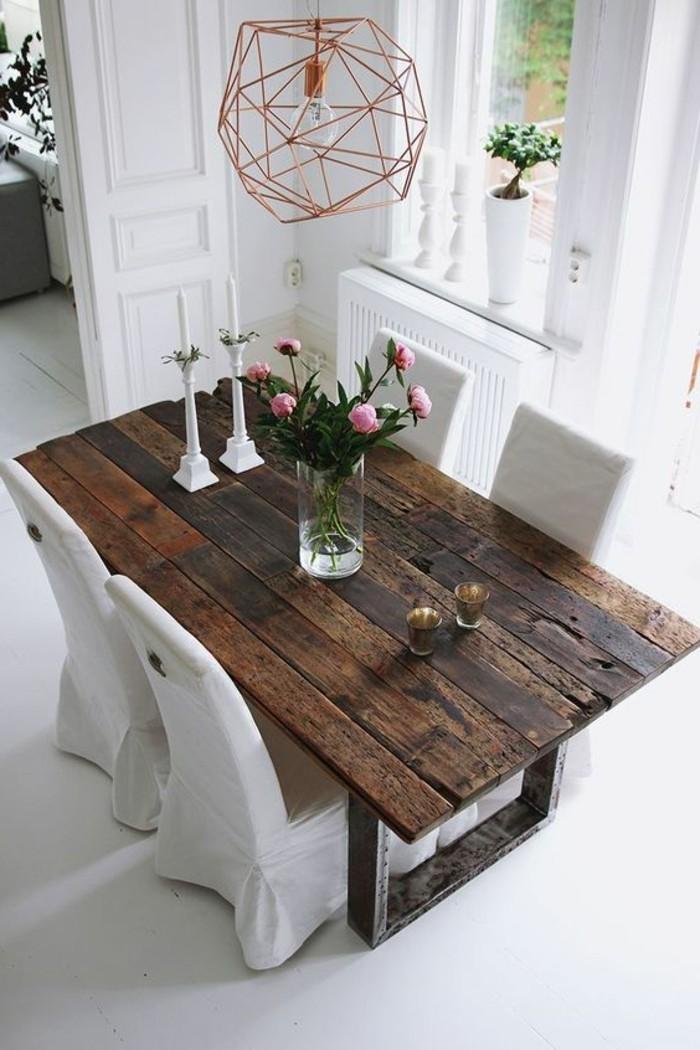 moderne esszimmer gestaltung, lampendesign idee, holztisch mit vier stühlen, zwei kerzen und frische rosa blumen