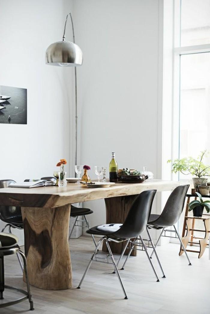 moderne esszimmer idee, schlichtes design zum wohlfühlen, große stehlampe aus metall, schwarze stühle, holztisch mit coolem design