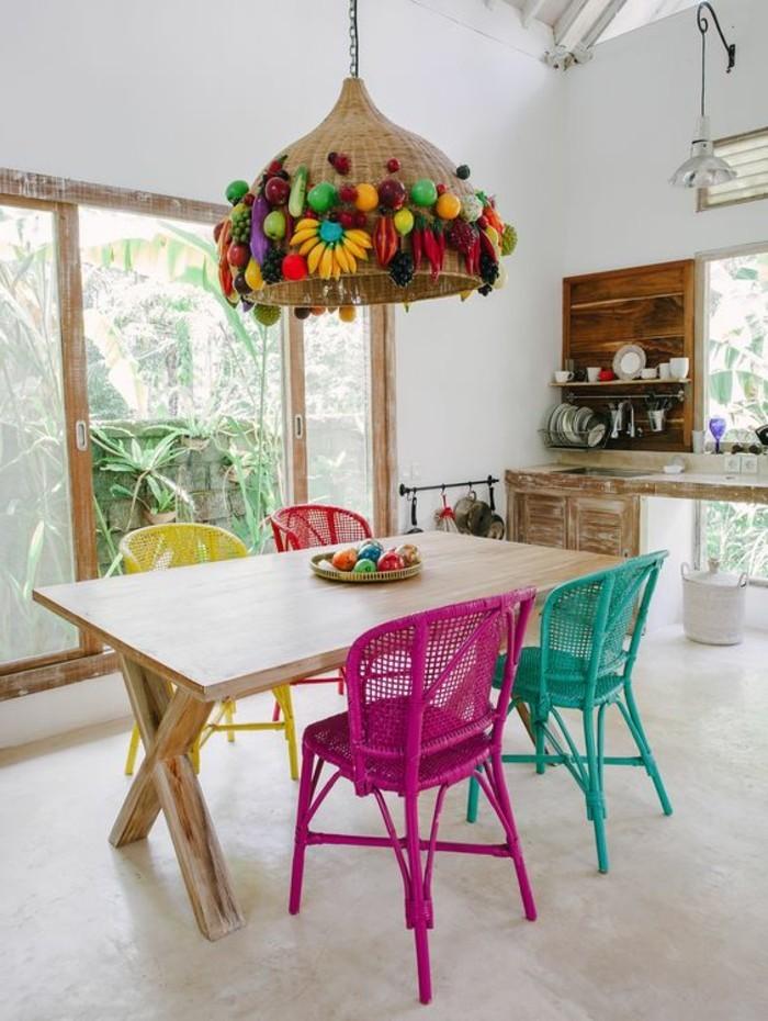 wohn essbereich kreativ gestaltet, weißer tisch mit bunten dekorationen, lila, türkis, gelb und rot die farben der stühlen, schöne lampe, fröhliche laune zu hause
