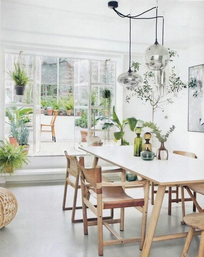 wohn essbereich idee mit vielen pflanzen und blumen, deko von der natur, eigene pflanzen im garten pflegen und damit dekorieren
