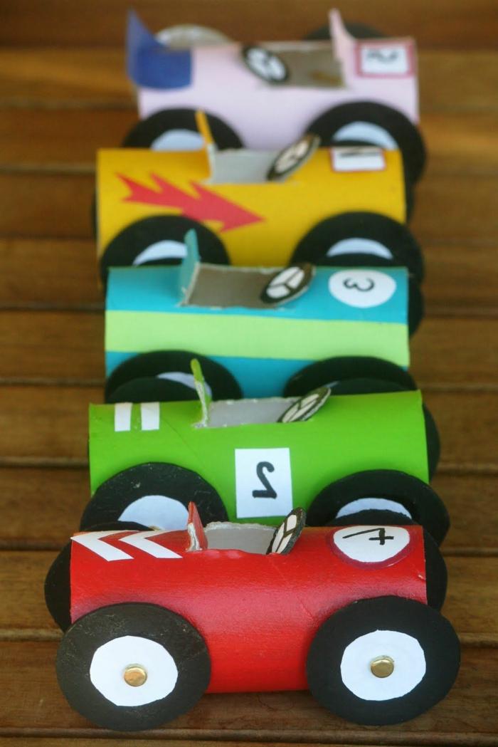 Autos basteln, kleine Autos in verschiedenen Farben, Basteln mit Toilettenpapierrollen