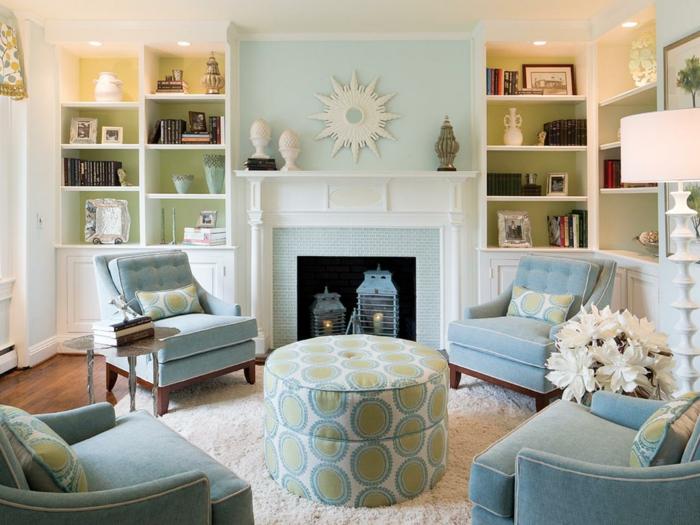 vier Sessel, ein runder Tisch, ein Kamin, ein weißer Teppich, eine weiße Sonne als Dekoideen Wohnzimmer
