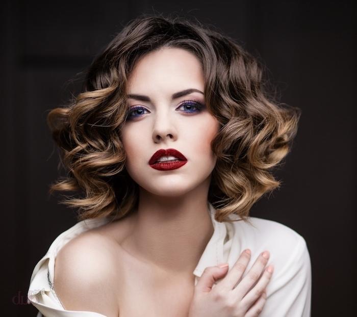 Elegante Frisur für besondere Anlässe, schulterlange Bob Frisur, weißes Hemd, roter Lippenstift, Abend Make-up