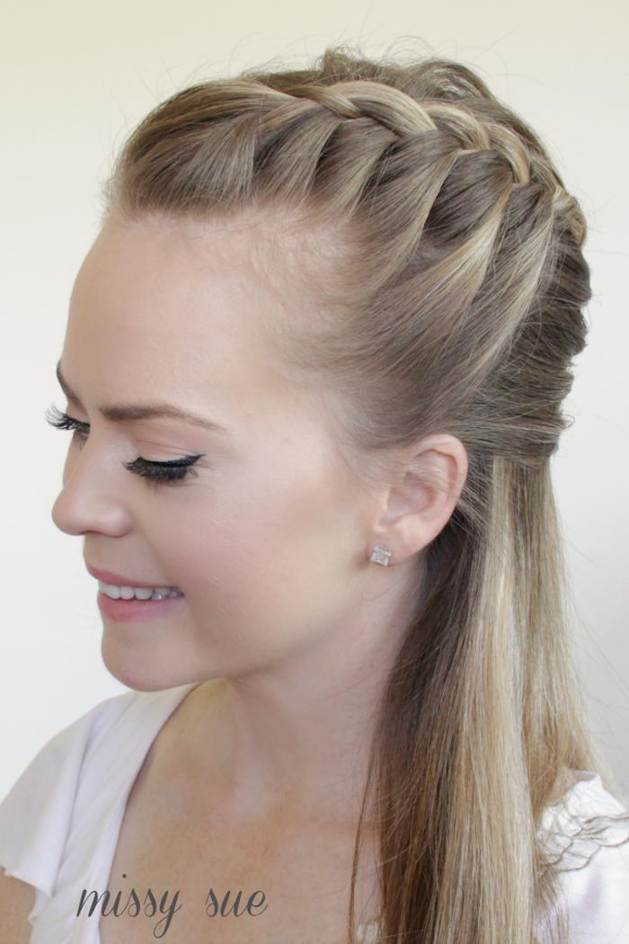 Idee für halboffene Frisur, dunkelblonde lange glatte Haare, rosa Lippenstift und schwarzer Eyeliner