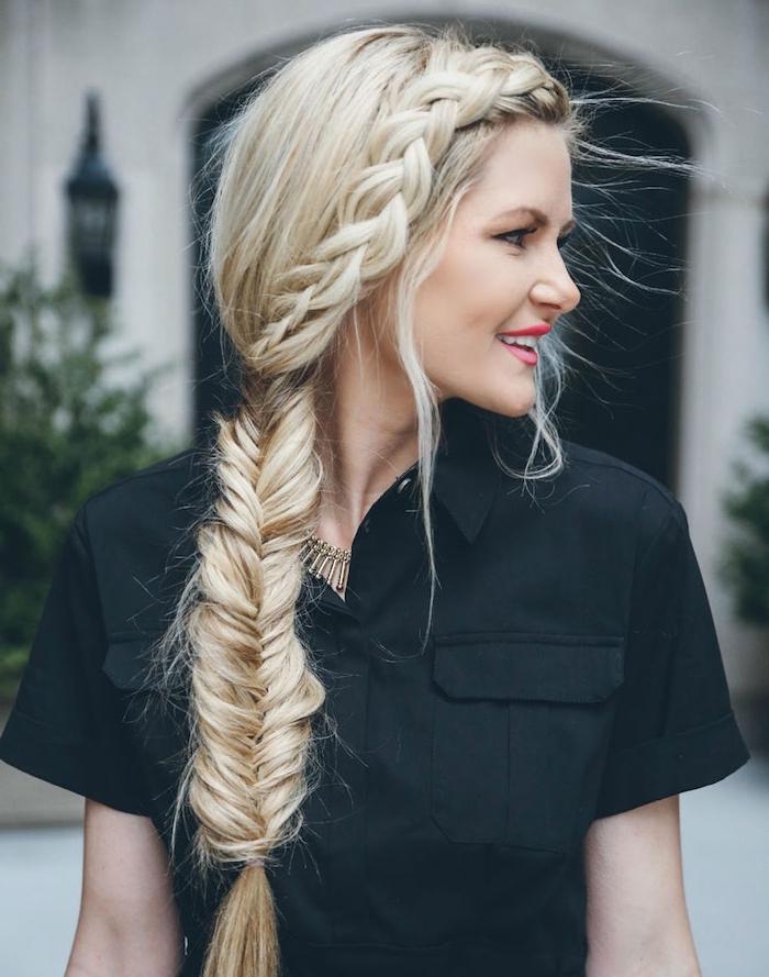 Seitlicher Fischgrätenzopf und Zopfkranz, lange blonde Haare, schwarzes Hemd mit kurzen Ärmeln