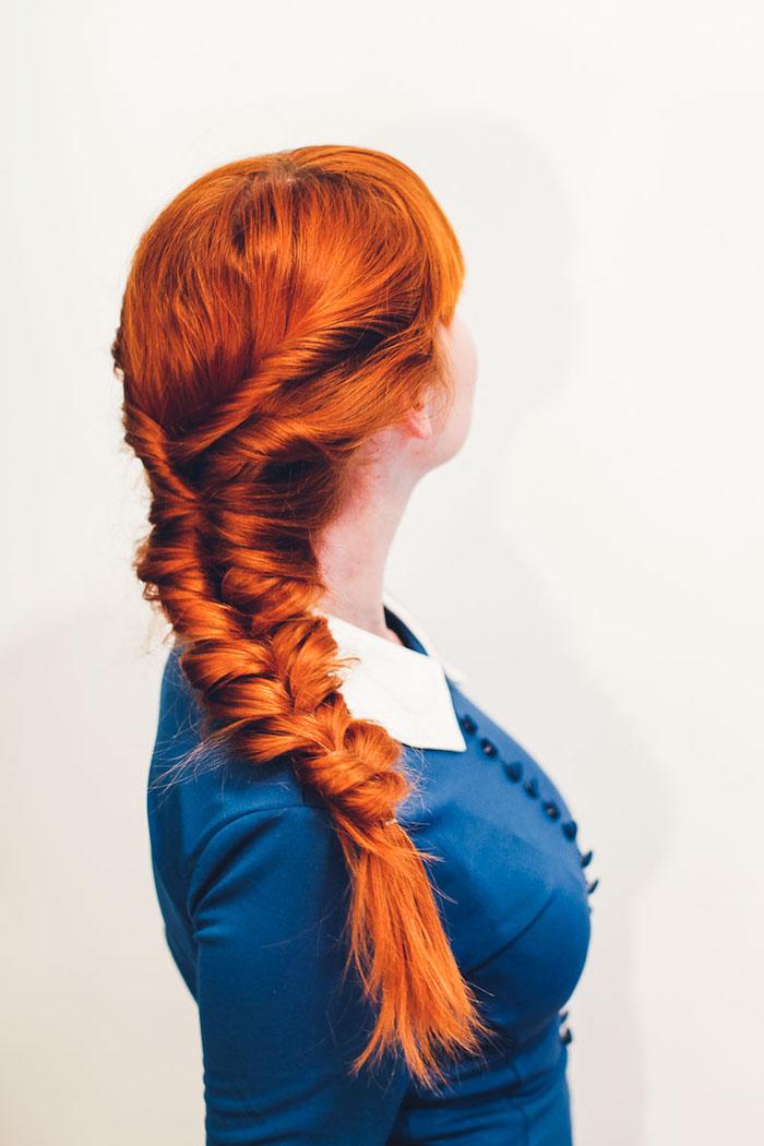 Seitlicher Fischgrätenzopf für lange Haare, blaue Bluse mit weißem Kragen