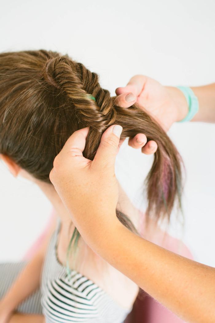 Anleitung für Fischgrätenzopf, bunte Strähnen, lange glatte kastanienbraune Haare