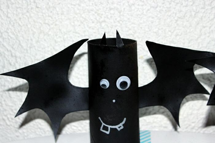eine Fledermaus in schwarzer Farbe, ein kleines Auge und ein großes Auge, Bastelideen mit Klopapierrollen