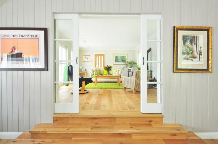 Laminat Boden, grüner Teppich, Tisch aus Holz, Dekoideen Wohnzimmer