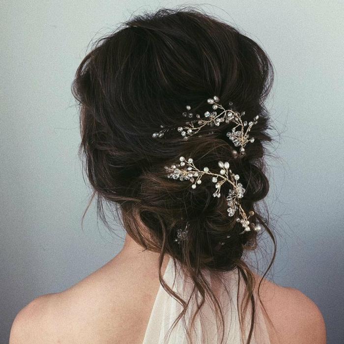 Frisur für Braut mit schwarzem Haar, Haarschmuck wie eine weiße Blüte