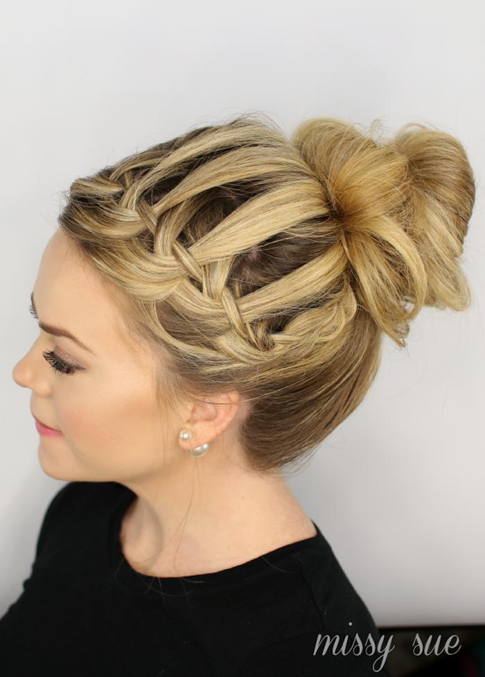 Idee für elegante und leichte Hochsteckfrisur, Messy Dutt für den Abiball, Frisuren für lange Haare