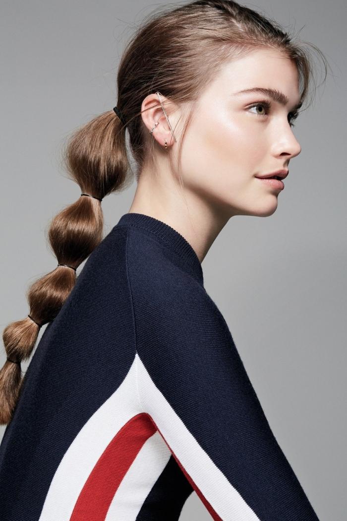 Leichte und effektvolle Frisur für den Abiball, Frisuren für lange Haare, leichtes Tages Make-up, schwarze Bluse mit roten und weißen Streifen