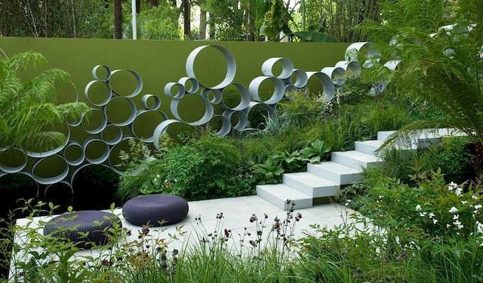 kreativer garten englisch inspiriert, runde deko elemente an der treppe, bodenkissen als deko