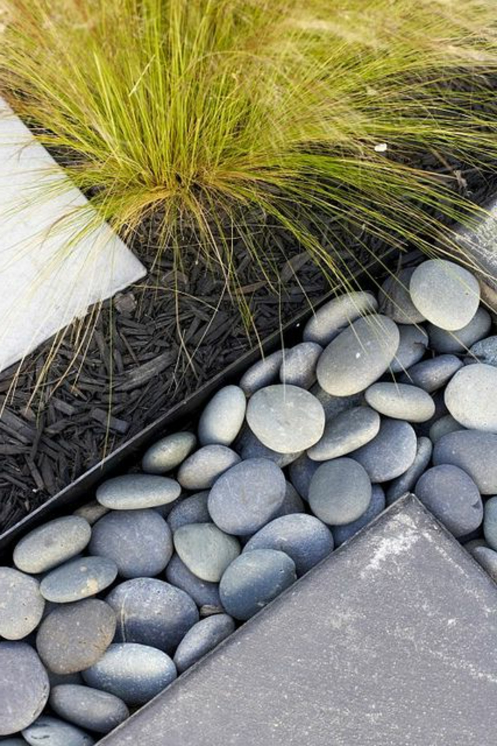 englische gartengestaltung mit rücksicht auf die details, steine als deko, gras grüne deko pflanzen