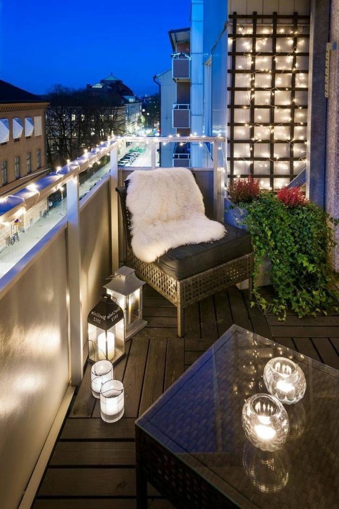 gartenmöbel für kleinen balkon, ratansessel, fellteppich, kunstfell flauschige deko und schöne beleuchtung, flanzen