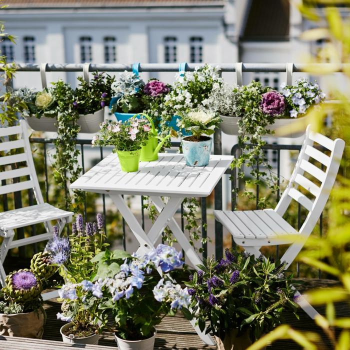 naturnahe gestaltung des außenbereichs, gartenmöbel für kleinen balkon, viele blumen